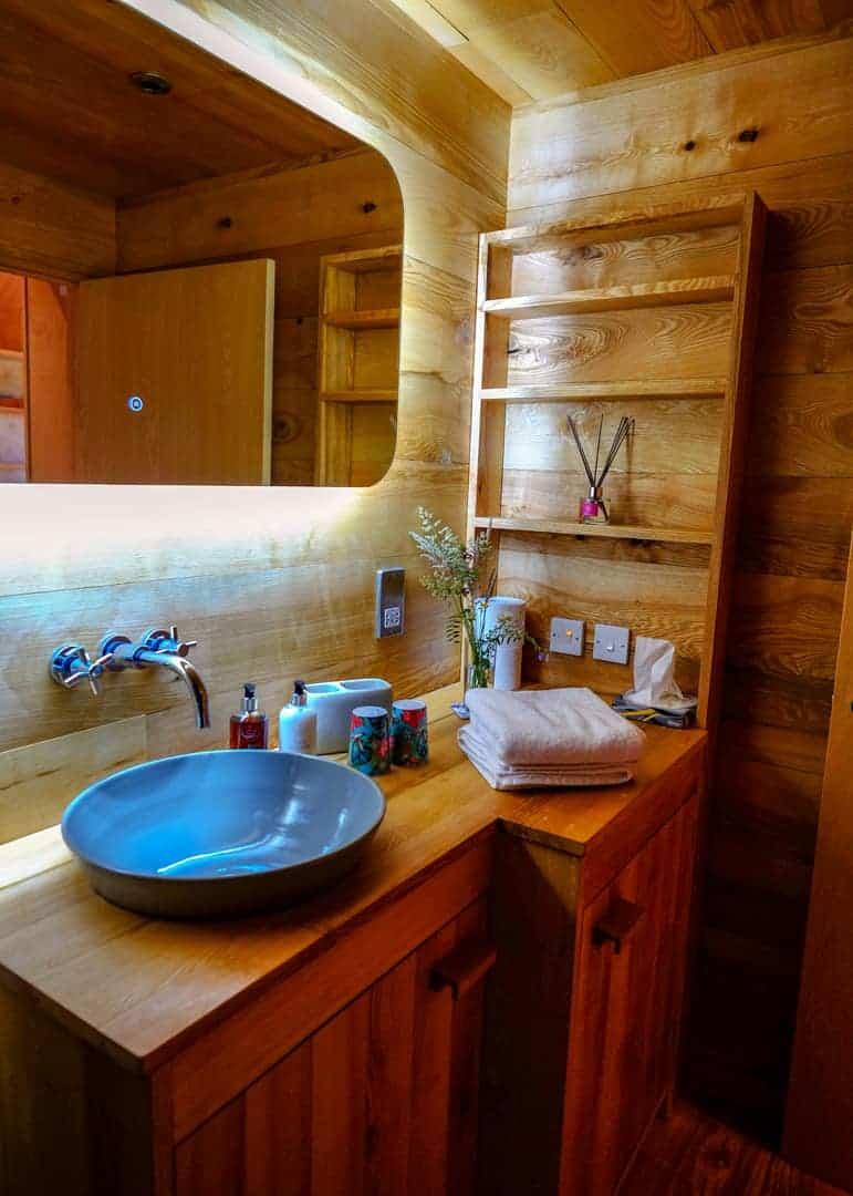 bathroom at the birdwatchers cabin